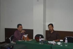 Ketua Unit Penjaminan Mutu FKIP Unila, Dr. abdurrahman, M.si dan Sekretaris Unit Penjaminan Mutu FKIP Unila, Sugeng Widodo, S.Pd, M.Pd tampak kompak di tengah-tengah acara pelatihan Capacity Bulding Angkatan I