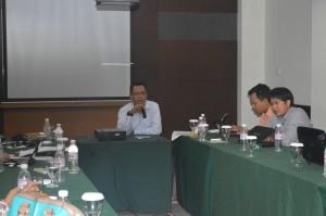 Dr. Abdurrahman, M.Si, Kepala Unit UPM FKIP Unila memberikan materi di dalam rangkaian acara Capacity Building Angkatan I